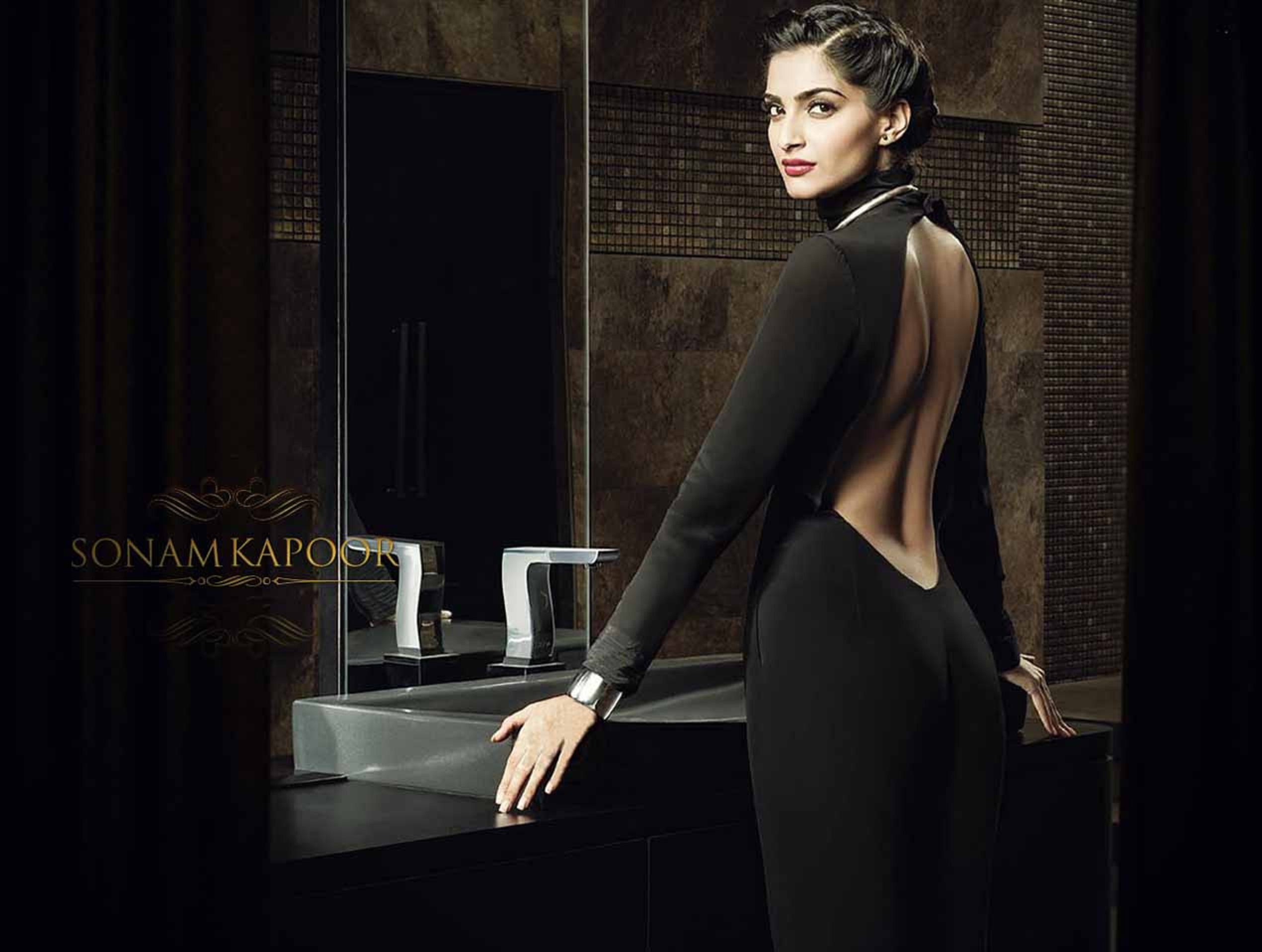 Sonam-Kapoor-Backless-Images.jpg